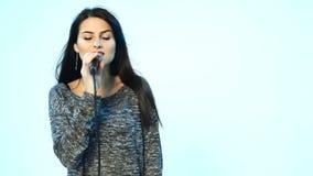 Vrouw het zingen in microfoon en het dansen stock video