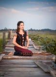 vrouw in het zitten op oude houten Royalty-vrije Stock Foto