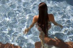 Vrouw in het zwembad Stock Foto