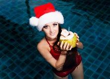 Vrouw in het zwembad Stock Foto's