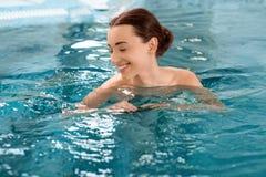 Vrouw in het zwembad Stock Afbeelding
