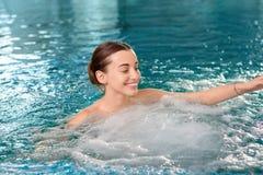 Vrouw in het zwembad Royalty-vrije Stock Foto