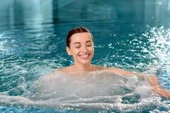 Vrouw in het zwembad Stock Fotografie