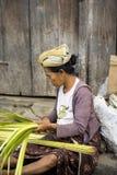 vrouw Hindoes bij de markt, dorp Toyopakeh, Nusa Penida 21 Juni 2015 Indonesië Stock Afbeelding
