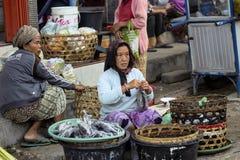 vrouw Hindoes bij de markt, dorp Toyopakeh, Nusa Penida 21 Juni 2015 Indonesië Royalty-vrije Stock Afbeelding