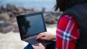 Vrouw hipster met laptop stock videobeelden