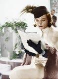 Vrouw in hoed en sluier de muziek van het lezingsblad (Alle afgeschilderde personen leven niet langer en geen landgoed bestaat Le Royalty-vrije Stock Afbeeldingen