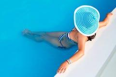 Vrouw in hoed het ontspannen bij zwembad Royalty-vrije Stock Foto