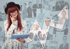Vrouw in hoed met tablet tegen beelden van bedrijfsmensen en pijl Royalty-vrije Stock Foto's