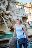 Vrouw in hoed in Rome op Piazza Navona royalty-vrije stock afbeeldingen
