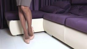 Vrouw in hoge hielen stock video