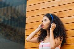 Vrouw in Hoofdtelefoons Royalty-vrije Stock Afbeeldingen