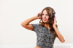 Vrouw in hoofdtelefoons het luisteren muziek mp3 het ontspannen Stock Fotografie