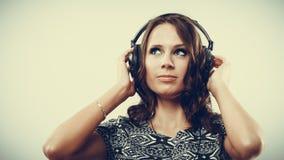 Vrouw in hoofdtelefoons het luisteren muziek mp3 het ontspannen Stock Afbeeldingen