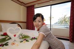 Vrouw in hotelruimte Stock Afbeelding