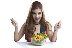 Vrouw huidige het eten salade voor Gezond Stock Afbeelding