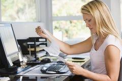 Vrouw in huisbureau met computer en administratie Stock Fotografie
