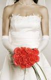Vrouw in huwelijkskleding met bos van rozen royalty-vrije stock fotografie