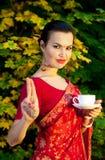 Vrouw in Indische Sari met kop thee Stock Fotografie