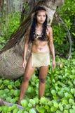 Vrouw in inheemse kostuumtribunes in de tropische aard royalty-vrije stock afbeeldingen