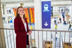 Vrouw in internationale luchthaven stock foto's
