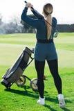 Vrouw 25-29 jaar oude blikken met succes na het golfspel Royalty-vrije Stock Afbeeldingen