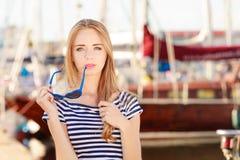 Vrouw in jachthaven tegen jachten in haven Stock Afbeeldingen
