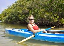 Vrouw Kayaking Royalty-vrije Stock Afbeeldingen
