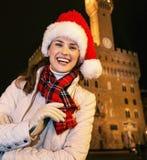Vrouw in Kerstmishoed tegen Palazzo Vecchio in Florence Stock Fotografie
