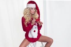 Vrouw in Kerstmisstemming Stock Foto's