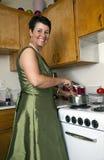 Vrouw in Keuken Stock Afbeelding