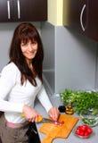 Vrouw in keuken Stock Foto's