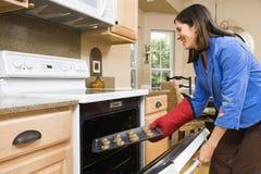 Vrouw in keuken. Stock Fotografie