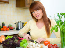Vrouw in Keuken Royalty-vrije Stock Afbeeldingen