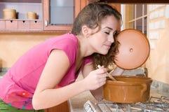 Vrouw in keuken het koken Stock Afbeeldingen