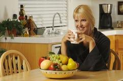 Vrouw in Keuken met Koffie royalty-vrije stock fotografie