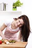 Vrouw in keuken scherpe paprika Royalty-vrije Stock Afbeelding