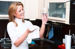 Vrouw in keukenbinnenland Stock Foto's
