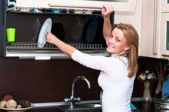 Vrouw in keukenbinnenland Royalty-vrije Stock Afbeeldingen