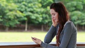Vrouw kijken die die na het ontvangen van tekstbericht ongerust wordt gemaakt stock video