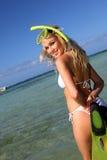 Vrouw klaar gaan snorkelend Royalty-vrije Stock Afbeeldingen