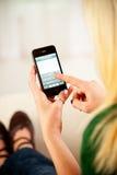 Vrouw Klaar om E-mail op Apple-iPhone 4 te typen Royalty-vrije Stock Fotografie