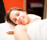Vrouw klaar om een behandeling te ontvangen Stock Fotografie