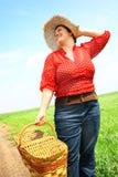 Vrouw klaar voor picknick Stock Foto's