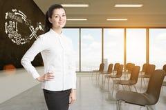 Vrouw in klaslokaal met oneindigheids bedrijfsschets Royalty-vrije Stock Foto's