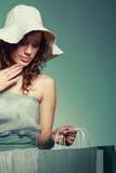 Vrouw in kleding en hoedengreep het winkelen zak royalty-vrije stock fotografie