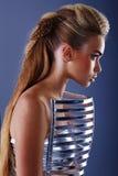 Vrouw in kleding met creatief kapsel Royalty-vrije Stock Afbeeldingen