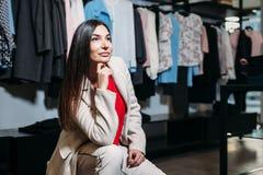 Vrouw in kledingsopslag stock afbeelding