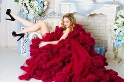 Vrouw in kledingswolk Bourgondië Stock Fotografie