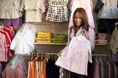 Vrouw in klerenopslag Royalty-vrije Stock Fotografie